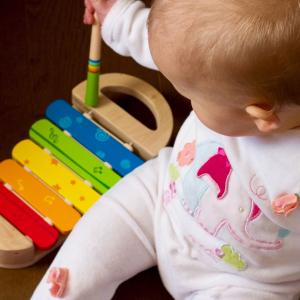 Bebis med xylofon