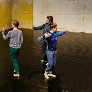 tre dansande människor