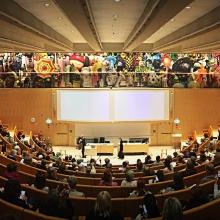 aulan med gobeläng av Miriam Bäckström